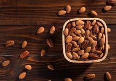 De noten op een houten achtergrond stock afbeeldingen