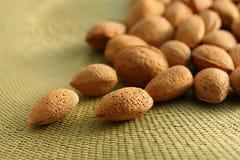 De noten van de amandel op natuurlijke mat Royalty-vrije Stock Afbeeldingen