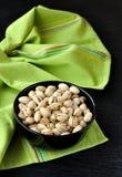 De Noten van de pistache in een Zwarte Kom Stock Afbeelding