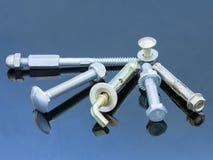De noten van de Screwboltsschroef, hanger en boutwasmachines op blauw achtergrondbouwconcept Royalty-vrije Stock Foto