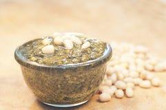 De noten van Pesto en van de ceder Stock Afbeelding