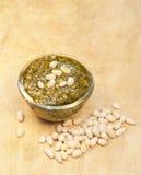 De noten van Pesto en van de ceder op de houten achtergrond Stock Afbeeldingen