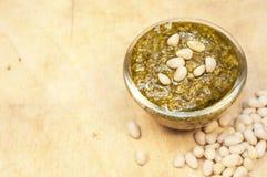 De noten van Pesto en van de ceder op de houten achtergrond Royalty-vrije Stock Foto's