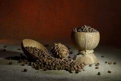 De noten van de pijnboom op jute royalty-vrije stock afbeeldingen