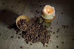 De noten van de pijnboom op jute stock afbeelding