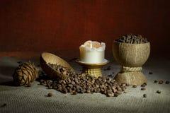 De noten van de pijnboom op jute royalty-vrije stock foto