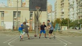 De noterende punten van de Streetballspeler in de verf stock videobeelden