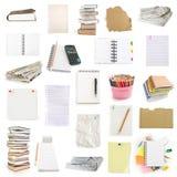 De notitieboekjes en de pinneninzameling van het bureau Stock Foto's