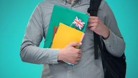 De notitieboekjes van de studentenholding met Britse vlag, internationaal onderwijsprogramma stock videobeelden