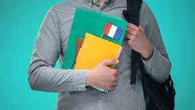 De notitieboekjes van de studentenholding met Franse vlag, internationaal onderwijsprogramma stock videobeelden