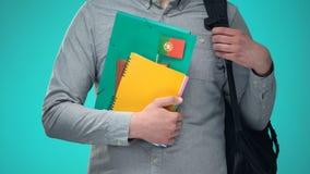 De notitieboekjes van de studentenholding met Portugese vlag, internationaal onderwijsprogramma stock footage