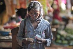 De nourriture de marché pauvre Cambodge femme de l'Asie Image libre de droits