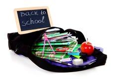 De nouveau à l'école : ardoise de tableau noir sur le sac avec des livres Photographie stock libre de droits