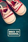 De nouveau à l'école avec le student& x27 ; chaussures de s photographie stock libre de droits