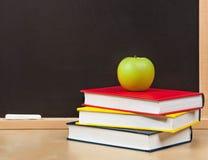 De nouveau à l'école Conseil pédagogique et livres et pomme d'isolement images stock