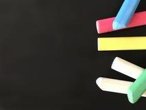 De nouveau à l'école Craies colorées d'école sur le fond de tableau noir Photos stock