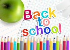 De nouveau à l'école Crayons d'arc-en-ciel, gomme et pomme verte Photos libres de droits