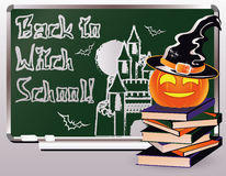 De nouveau à l'école de sorcière Carte d'invitation avec les livres et le potiron Images libres de droits