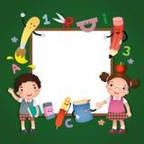 De nouveau à l'école Enfants d'école avec un panneau de signe Image stock