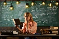 De nouveau à l'école et à l'enseignement à domicile Leçon de littérature avec le livre de grammaire Nouvelle technologie dans l'é Images stock