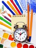 De nouveau à l'école Le réveil, bloc-notes, kraskib crayonne, les marqueurs a photo stock