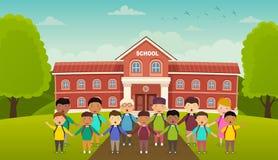 De nouveau à l'école mignonne d'école les enfants se tiennent devant l'école Cour de l'école, allée avec des bancs Image libre de droits