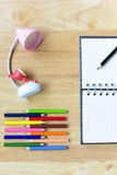 De nouveau à l'école Objets colorés de papeterie d'art de bureau et d'étude Photo libre de droits