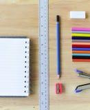 De nouveau à l'école Objets colorés de papeterie d'art de bureau et d'étude Images stock