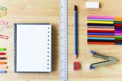 De nouveau à l'école Objets colorés de papeterie d'art de bureau et d'étude Photo stock
