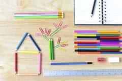 De nouveau à l'école Objets colorés de papeterie d'art de bureau et d'étude Images libres de droits