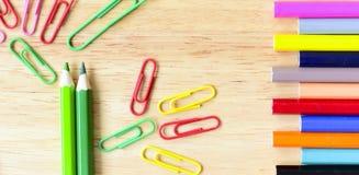 De nouveau à l'école Objets colorés de papeterie d'art de bureau et d'étude Photos stock