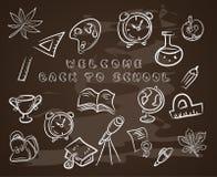 De nouveau à l'école sur le tableau noir de craie, avec le diplômé de chapeau, rouleau, pomme, livres, flacons, basket-ball, réve Photographie stock libre de droits