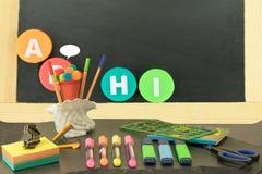 De nouveau à l'école Tableau noir avec les lettres A B H I et l'école e illustration libre de droits
