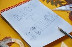 De nouveau à l'affiche d'école du feuillage de feuilles d'automne de septembre feuille en baisse d'érable, de chêne, de sorbe ou  images stock