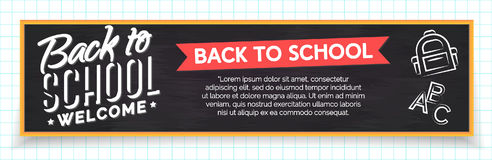 De nouveau à la bannière d'école avec le label et les fournitures scolaires tels nous CCB Photos stock