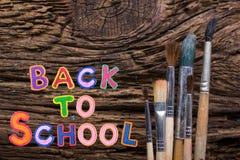 De nouveau à la vue supérieure de table de bureau d'école, mots sur le vieux fond grunge de conseil en bois réserve vieux d'isole Photographie stock libre de droits