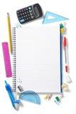 De nouveau au bloc - notes de pupilles d'école et stationnaire photos stock