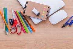 De nouveau au concept d'école avec des fournitures scolaires Photos stock