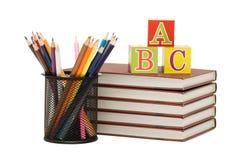 De nouveau au concept d'école avec des livres et des crayons Image stock