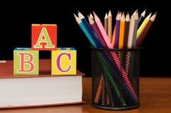 De nouveau au concept d'école avec des livres et des crayons Images stock