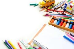 De nouveau au concept d'école - le bureau et l'étudiant embrayent au-dessus de la table blanche L'espace pour le texte Image stock