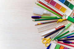 De nouveau au concept d'école sur le fond en bois de table sélection des accessoires d'école Image stock