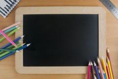 De nouveau au concept d'école : une ardoise avec des crayons avec une règle Images libres de droits