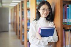 De nouveau au concept d'université d'université de la connaissance d'éducation d'école, bel étudiant universitaire féminin tenant image stock