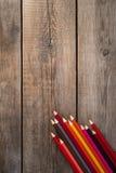 De nouveau au fond de concept d'école avec les crayons colorés sur la table en bois Copiez l'espace Photos stock
