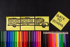 De nouveau au fond d'école avec beaucoup de stylos feutres colorés et crayons colorés, ` de titres de nouveau au ` d'école Images stock