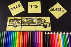De nouveau au fond d'école avec beaucoup de stylos feutres colorés et crayons colorés, ` de titres de nouveau au ` d'école Image stock