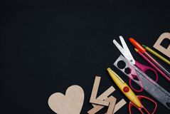 De nouveau au fond d'école avec des suplies d'école Chalckboard avec l'espace de copie 1er septembre concept Photographie stock