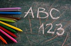 De nouveau au fond d'école avec les crayons colorés Image stock