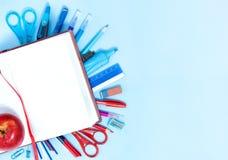 De nouveau au fond d'école dans des couleurs bleues, rouges et blanches Images libres de droits